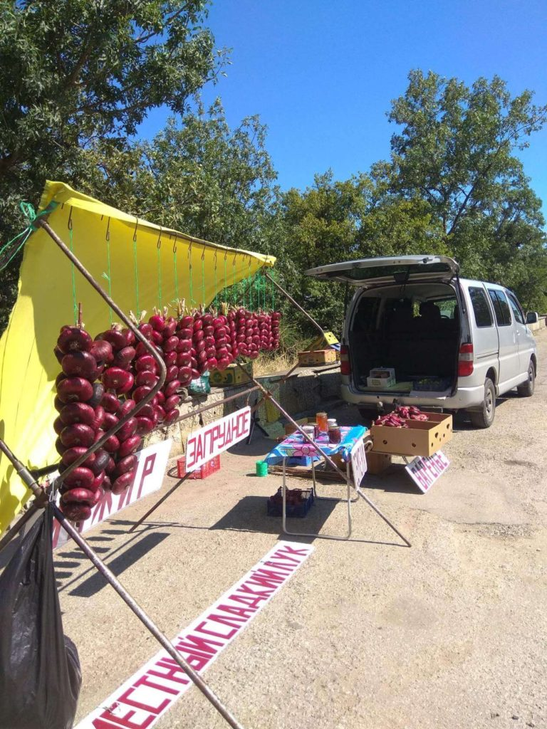фото zaprudnoe.com Продажа ялтинского лука с передвижной палатки